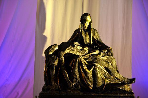 """Pieta """"Getragen im Leid"""" in der Pfarrkirche St. Regina"""