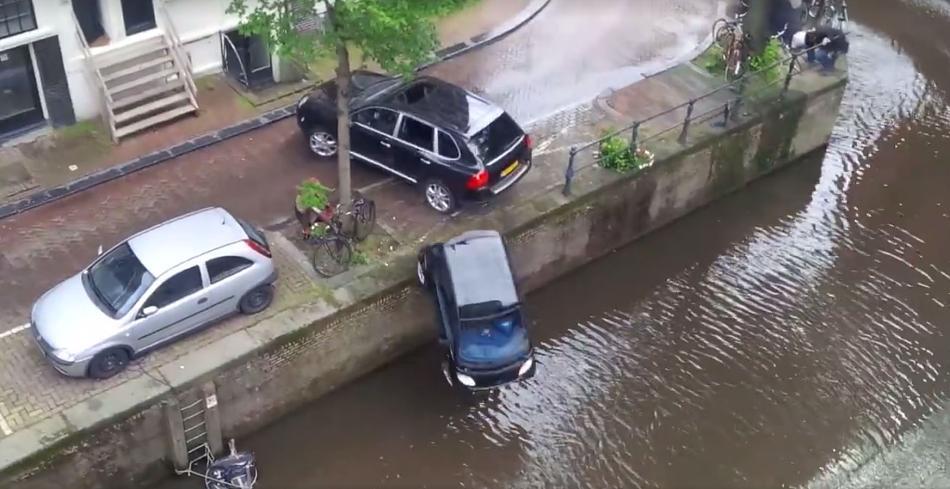 Unfall mit Auto im Wasser