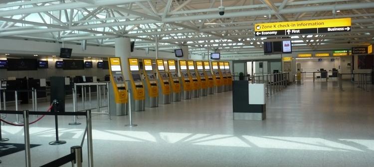 Vollkommen ausgestorbene Abflughalle am Flughafen Heathrow