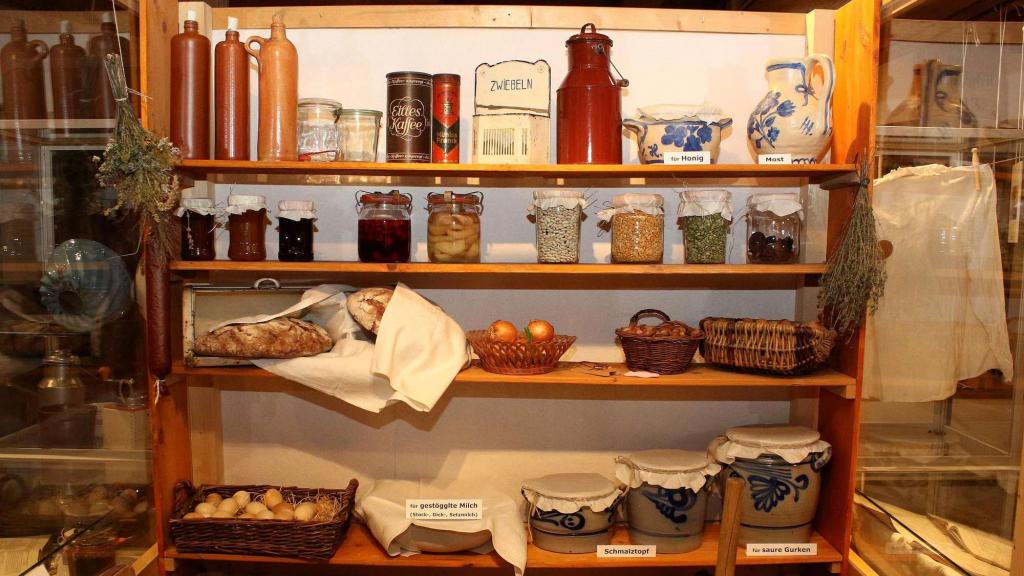 Ein typisches Speisekammerregal wie im 19. Jahrhundert