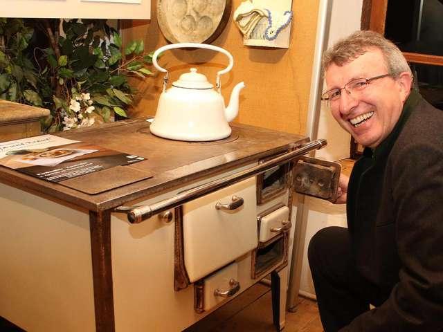 Ausstellungsmacher Martin Obermeier an einem der historischen Exponate