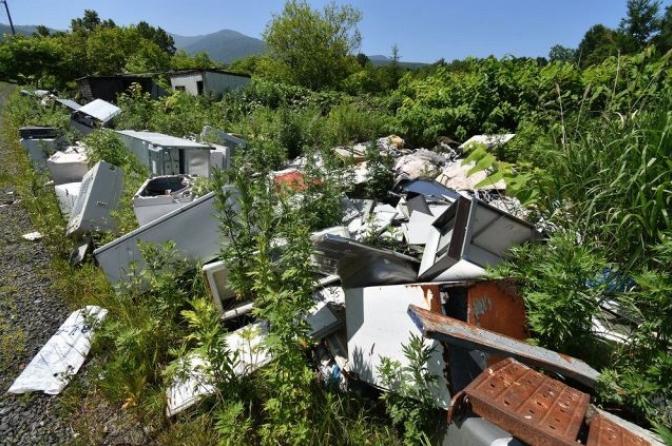 北海道の岩内で大量の不法投棄。軽自動車まで捨てられ、おおよそ数十トンまで達する。北海道新聞より2019年7月13日