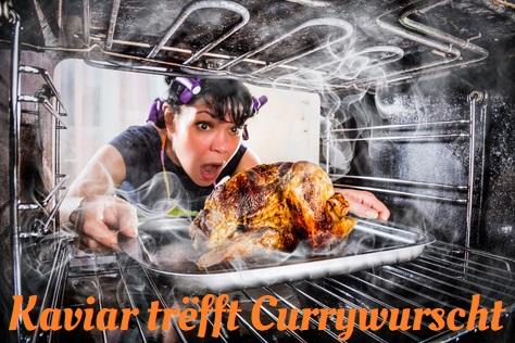 Frau zieht entsetzt ein verbranntes Brathähnchen aus dem Ofen. Dazu der Titel: Kaviar trefft Currywurscht