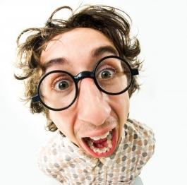 Mann mit großer Brille und irrem Blick schreit in die Kamera