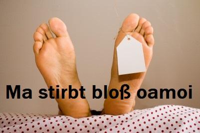 Nackte Füße auf einer Bahre. Dazu der Titel: Ma stirbt bloß oamoi