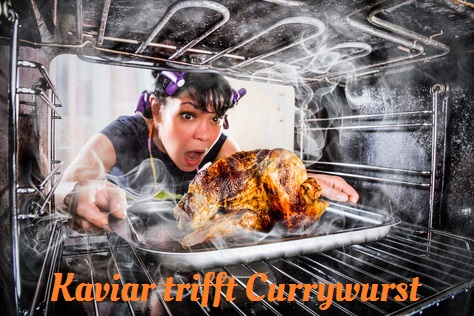 """Frau mit Lockenwicklern in den Haaren zieht entsetzt ein verbranntes Brathähnchen aus dem Ofen. Dazu der Titel: """"Kaviar trifft Currywurst""""."""