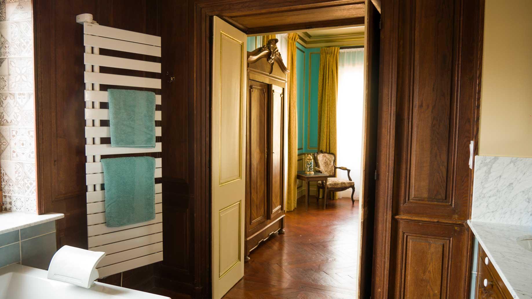 La chambre, depuis la salle de bain