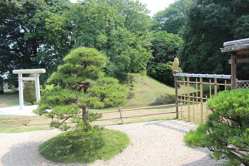 龍音寺の中庭から見た蓬莱山古墳の写真です。