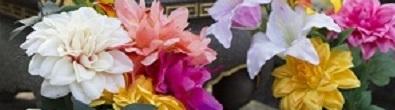 お墓に供えられたお花のイメージ写真です。