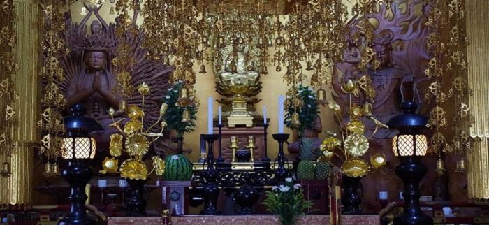 龍音寺の本堂にある仏壇の写真です。