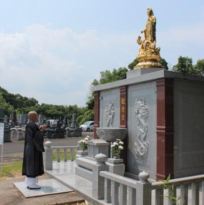 龍音寺の観音堂にお経を上げている写真です。