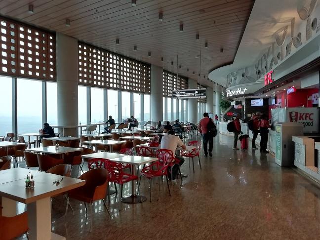 ムンバイ空港フードコート