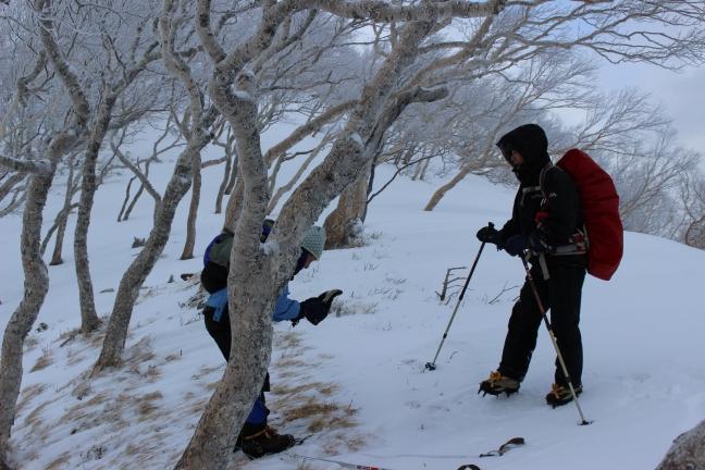野塚岳への登りで二人