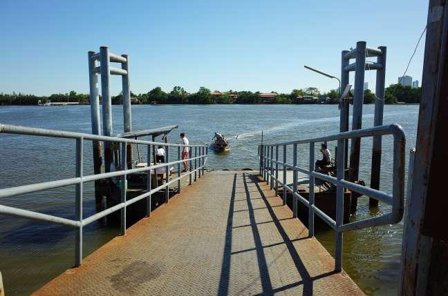 チャオプラヤー川の渡し船