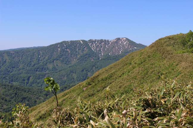 黒松内岳山頂から眺める長万部岳