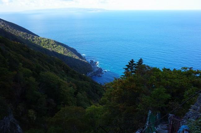 青い海太田山神社本殿手前からの眺め