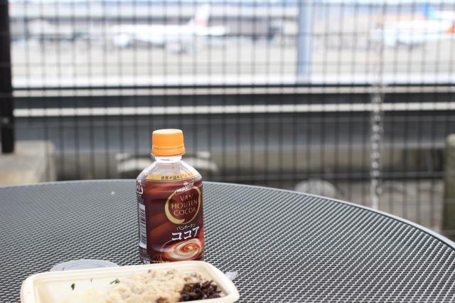 成田空港で外を見ながらお弁当