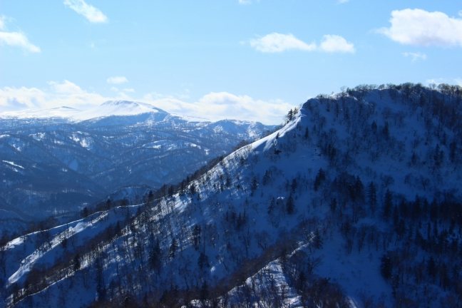 烏帽子岳の奥には真っ白な無意根山も