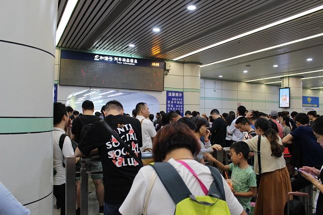 広州東駅の駅構内