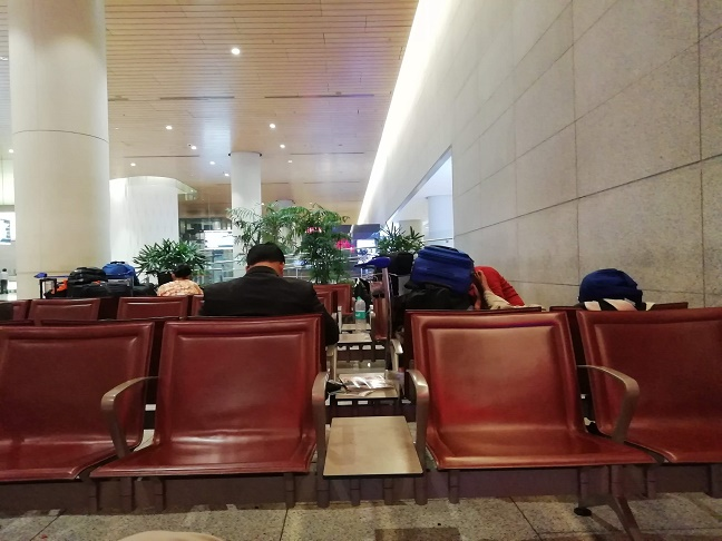 ムンバイ空港アライバルホールベンチ