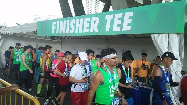 シンガポールマラソンメダルと完走Tシャツ