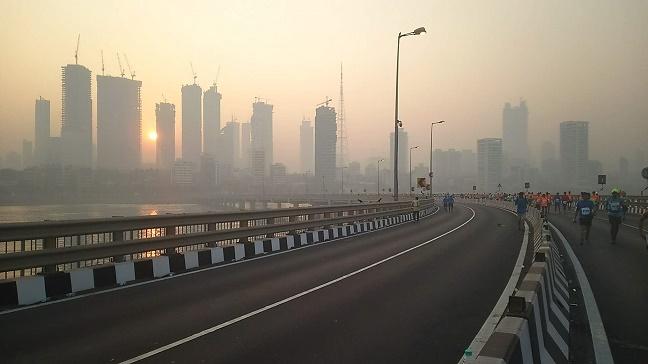 高層ビルとムンバイの街