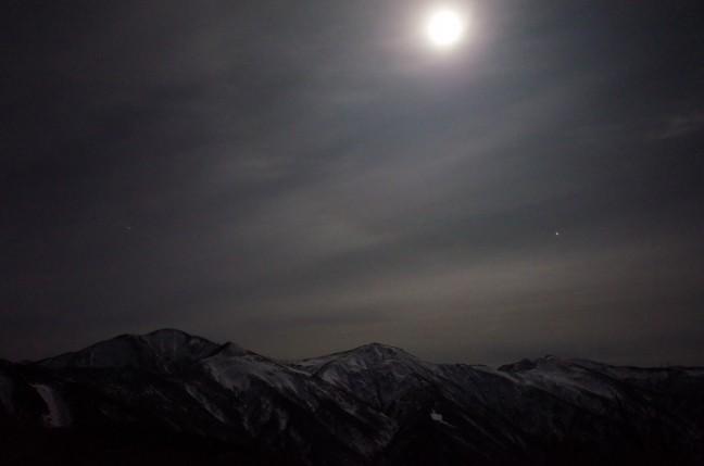古寺山から見たブルームーンと朝日連峰