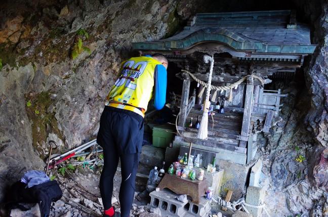 太田山神社本殿で参拝