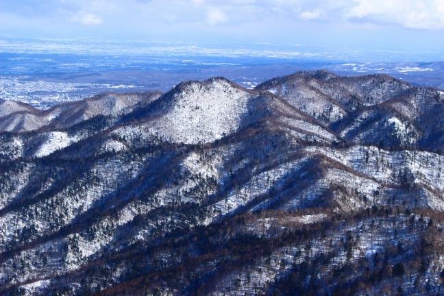 中央に見えるのがさっきの割れ山