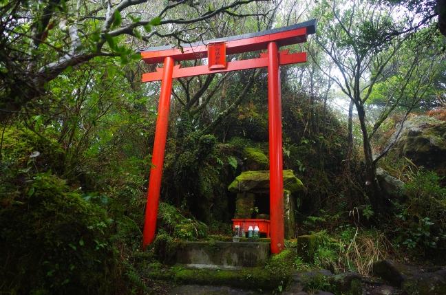 山頂直下の御嶽神社