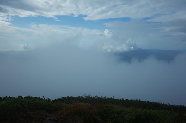 ガスの中から一瞬だけ山々が見える