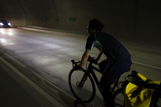 トンネル内のロードバイク