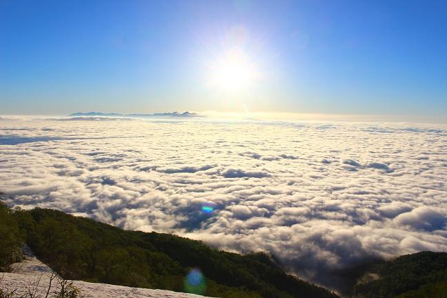 雲海に浮かぶ表大雪と十勝連峰