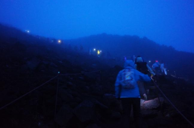富士山(富士宮口IN、御殿場口OUT)|札幌から0泊2日の弾丸登山は強風で寒かった(8月下旬)