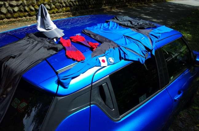 洗濯物をクルマの屋根で乾かす