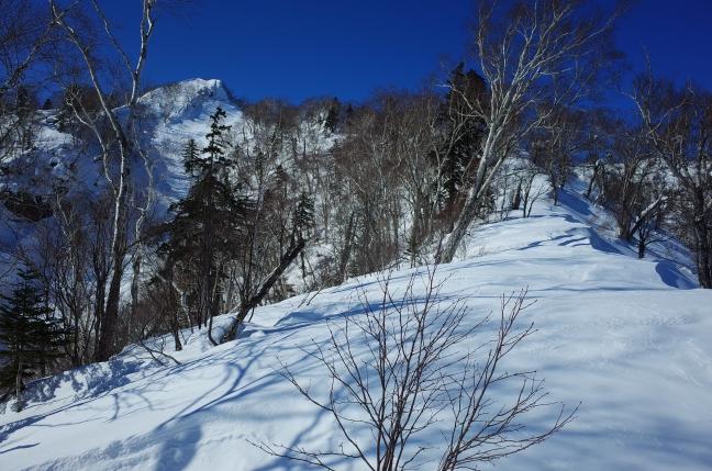 800m付近。百松沢から吹き上げる風で北側に雪庇が発達しています