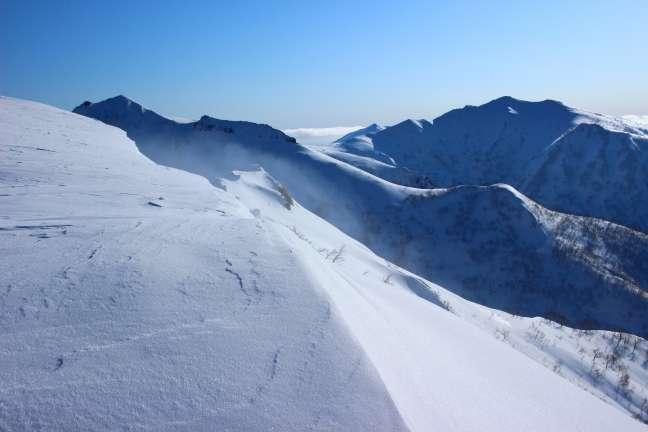 幌天狗から眺める群別岳と奥徳富岳