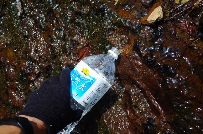 沢で水を補充