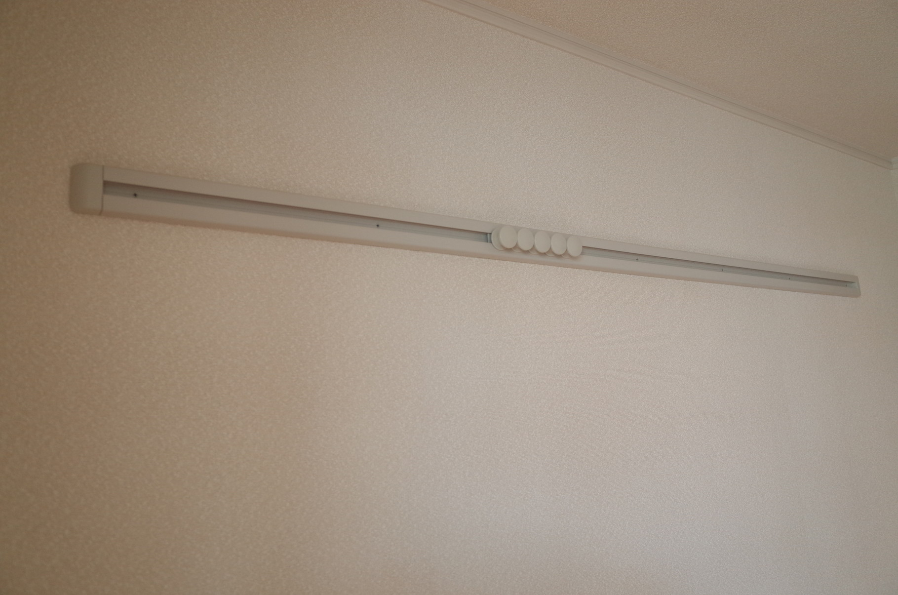 ピクチャーレールで壁に穴を開けずにお部屋をコーディネート