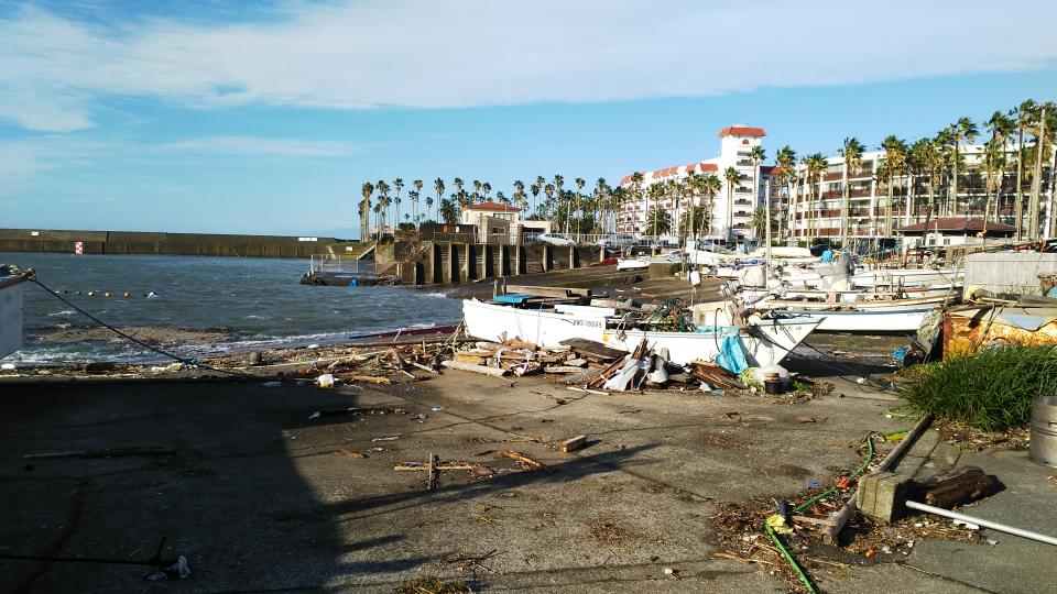 小坪の漁港も漂着物が散乱