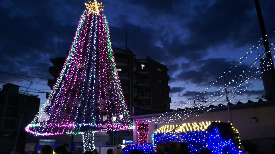 平井竜一逗子市長によるカウントダウンで東逗子駅前広場イルミネーションが点灯