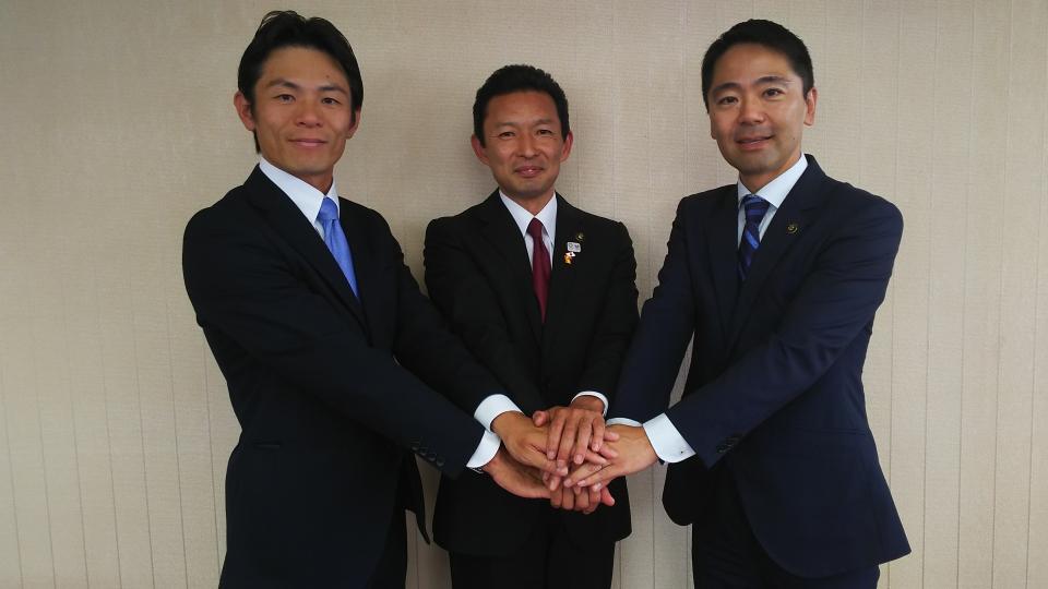 松尾鎌倉市長と山梨葉山町長と握手