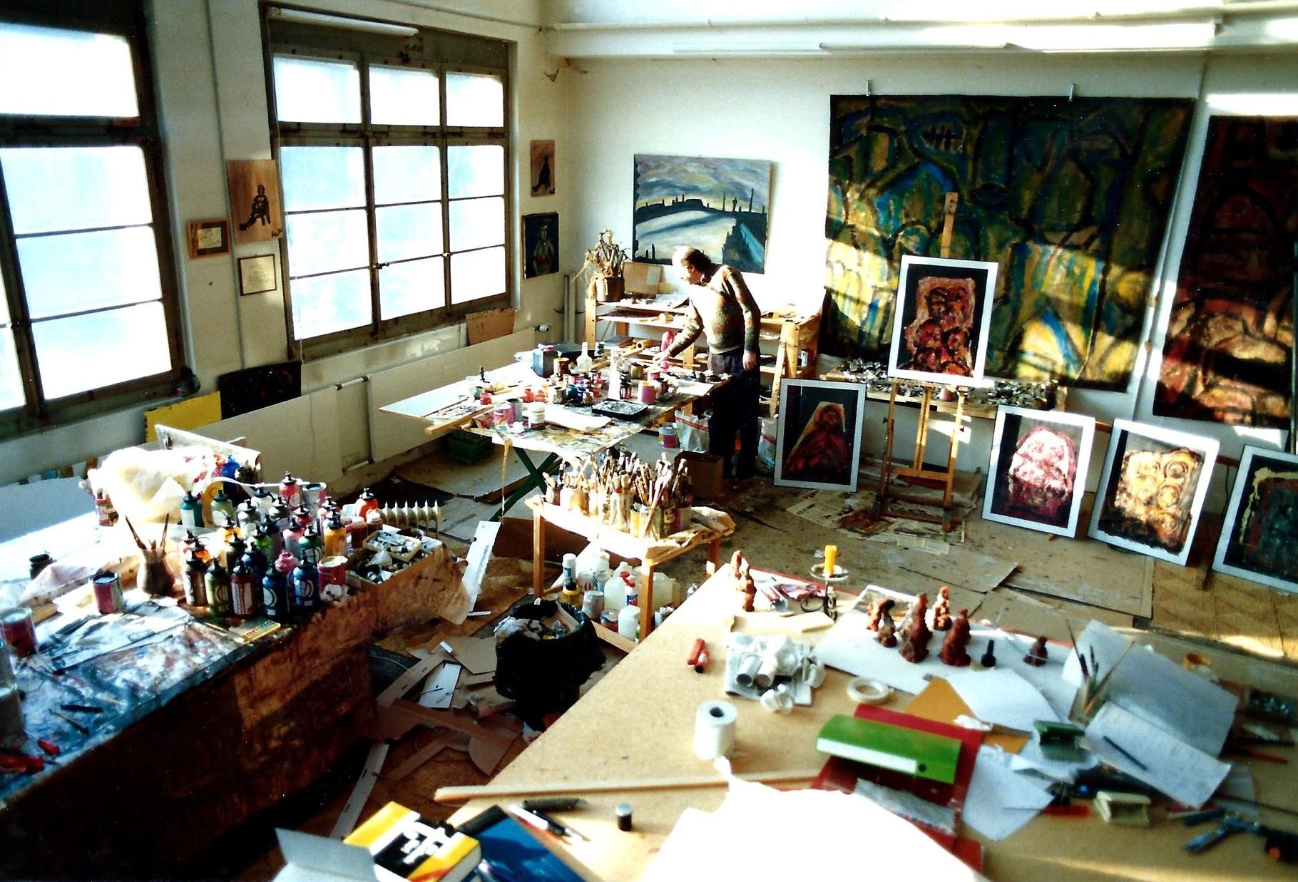 Pedro Meier Multimedia Artist im lichtdurchfluteten Atelier »Alte Gärbi« Aarburg – Die Fenster öffnen den Blick auf die vorbeifliessnde Aare – im Hintergrund riesige Ölbilder auf Sack Jute »Tanzende« – alles verbrannt 2001 –© 1993 Pedro Meier Niederbipp
