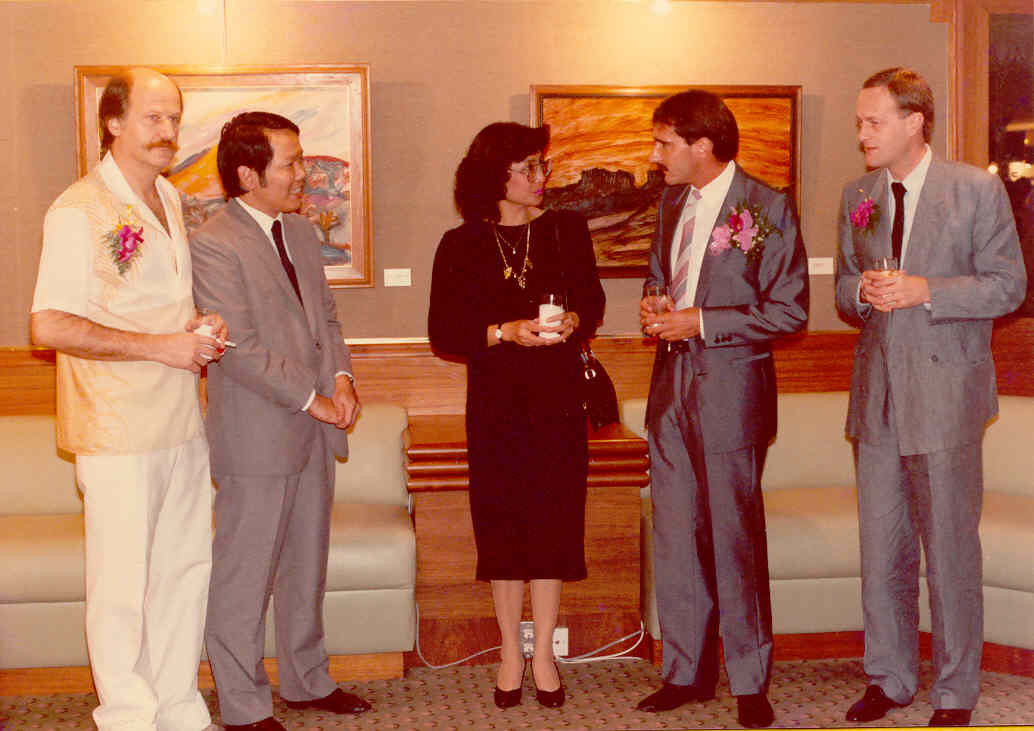 Mr. Markus J. Peter, First Secretary of the Embassy of Switzerland in Bangkok – Mr. André Regli, Cultural Attaché – Mrs. Mahawat Manager – Mr. Pichet Nithivasin General Manager – Pedro Meier Swiss multimedia artist – Exhibition opening 1986 Narai Gallery