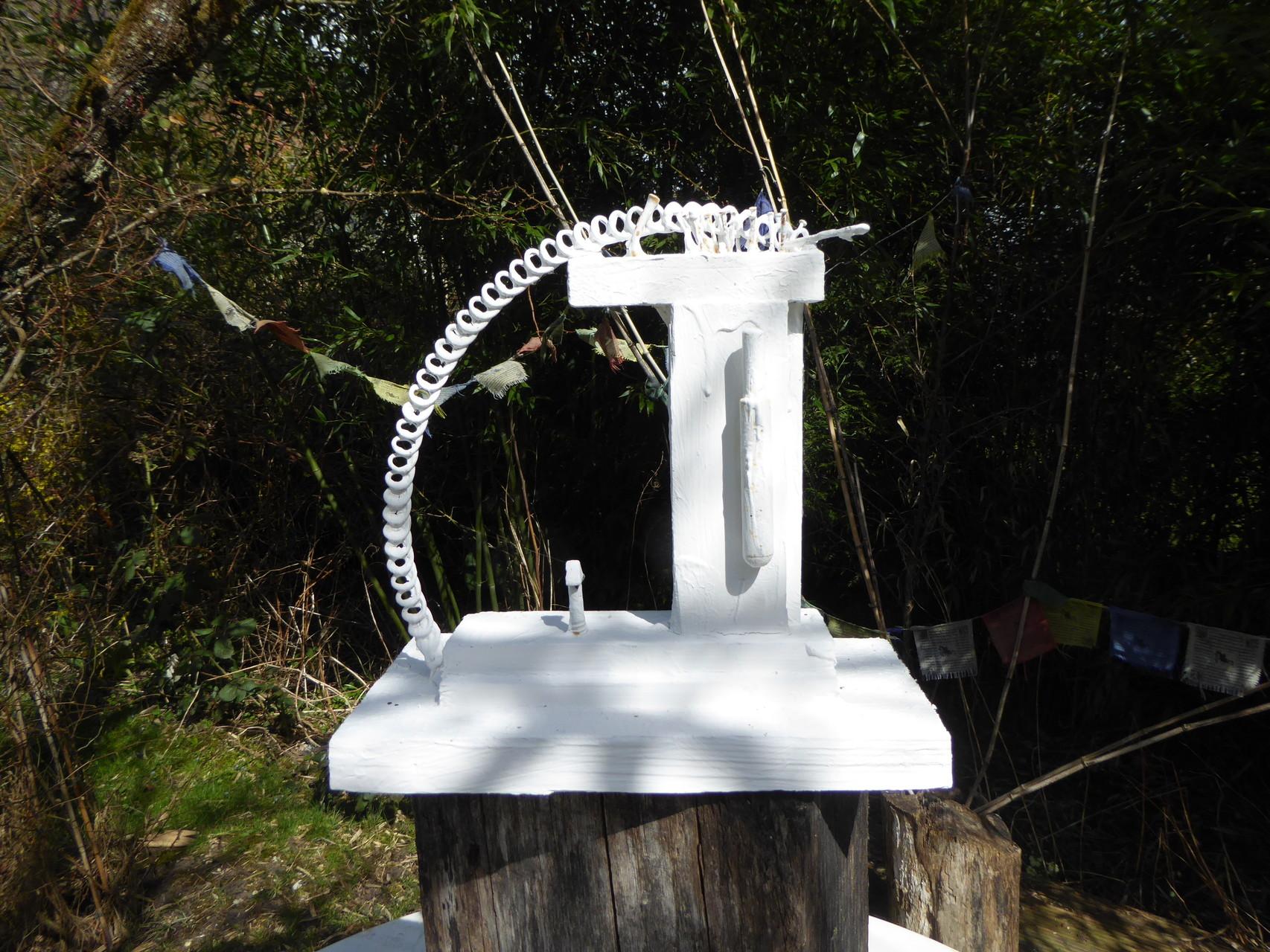 Pedro Meier – Skulptur aus Holz und Metall – weiss übermalt 2015 – Atelier-Garten – Photo © Pedro Meier Multimedia Artist / ProLitteris Gerhard Meier Weg Niederbipp – (Atelier: Niederbipp – Olten – Bangkok)