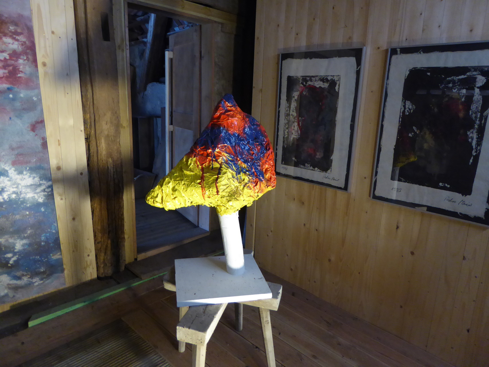 Pedro Meier – Skulptur – Kopf – (Maschendraht – Papier und Vlies mit Lackfarben mehrfarbig übermalt) 2015 – Atelier-Scheune – Photo © Pedro Meier Multimedia Artist / ProLitteris – Gerhard Meier Weg Niederbipp – (Atelier: Niederbipp – Olten – Bangkok)