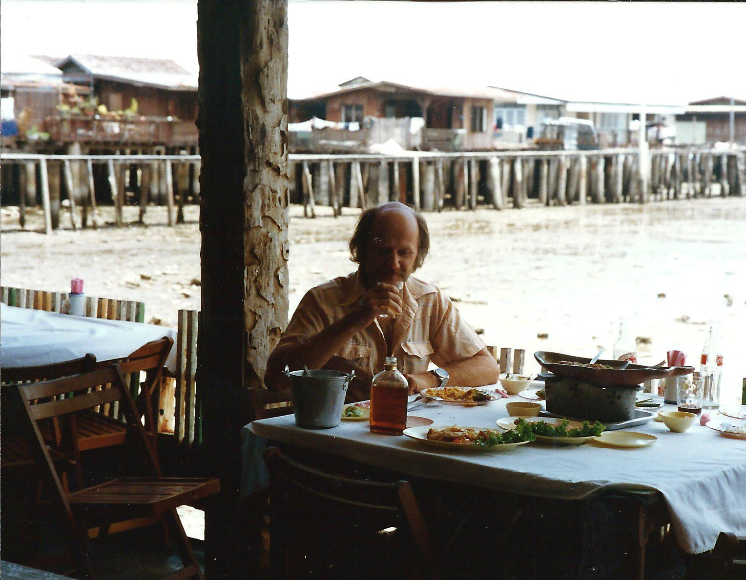 Pedro Meier Multimedia Artist wih Vasan Sitthiket Thai contemporary visual artist – National Art Museum – Faculty of Arts, Silpakorn University Bangkok – Photo around 1983 © Pedro Meier/ProLitteris