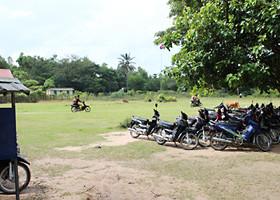 300人以上の生徒が通うバンティアイチャックレイ中学校。多くの生徒が自転車やバイクで通学している。