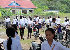 生徒は一度帰宅して昼食をとり、午後に学校へ戻る。