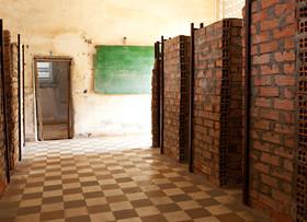 かつて教室だった場所は独房に姿を変えた。 奥に黒板らしき物も見える。